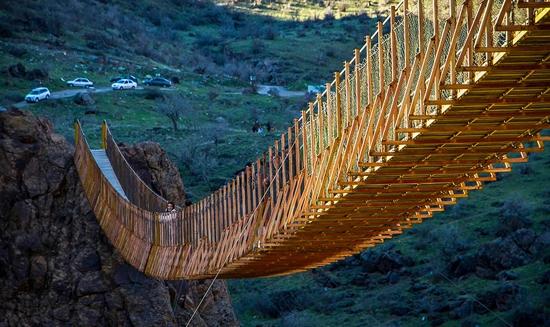 هیجان عبور از ترسناک ترین پل معلق ایران
